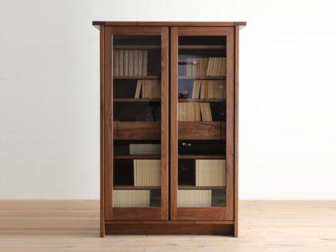 книжный деревянный шкаф