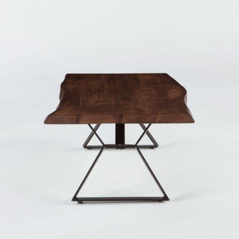 небольшой обеденный стол из дерева