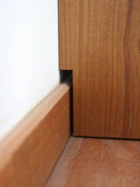 низкий деревянный комод