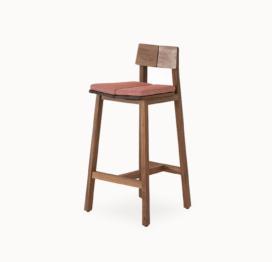 высокий стул из дерева