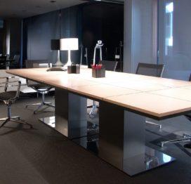 длинный переговорный стол