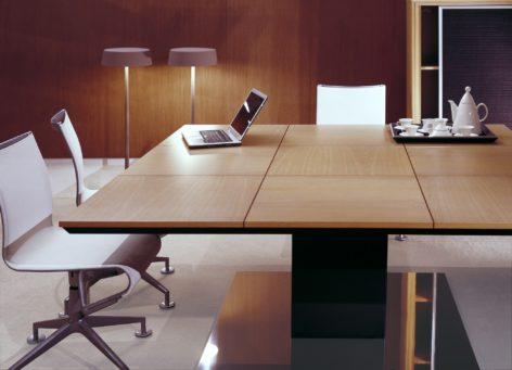 квадратный переговорный стол
