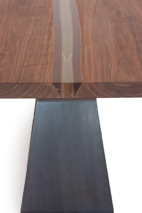 обеденный стол со смолой