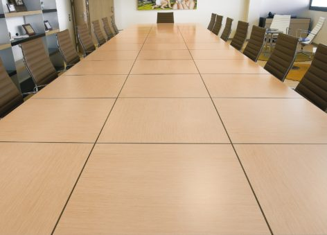 светлый большой переговорный стол
