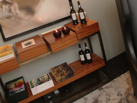 узкий консольный стол с ящиками