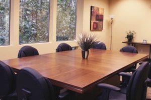 современный переговорный стол