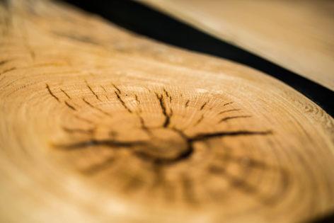 дубовый стол со смолой