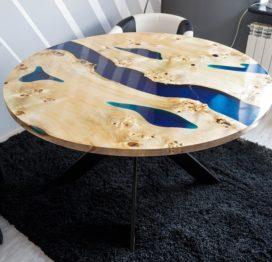 небольшой стол из дерева